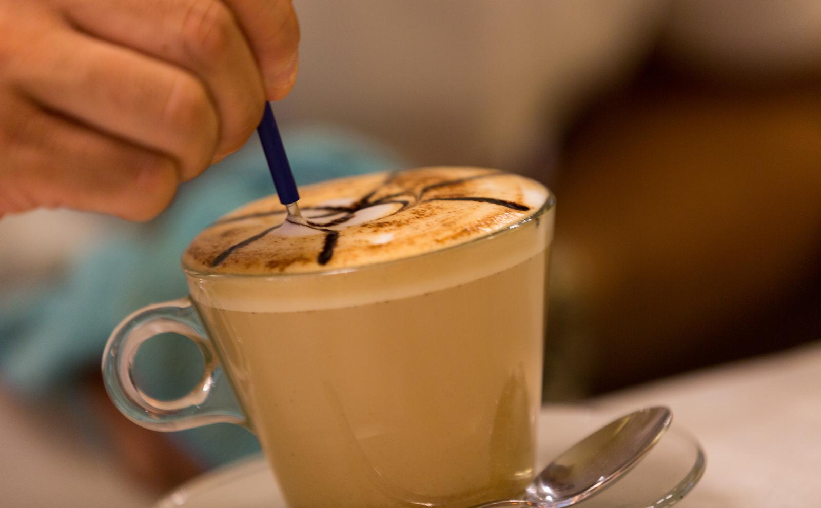 En Coffee Corner en Valencia encontrarás a los mejores baristas que te mostrarán la técnica del latte art